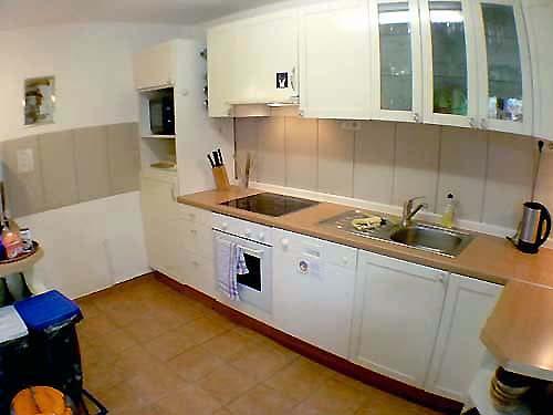 Gästeküche mit Geräten
