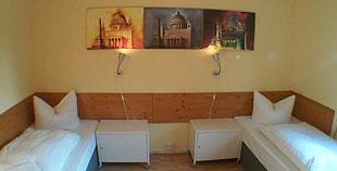 4 Bett Zimmer Damen oder Herren mit abschließbaren Schränken
