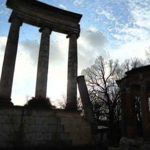 Ein Gebälk tragende ionische Säulen